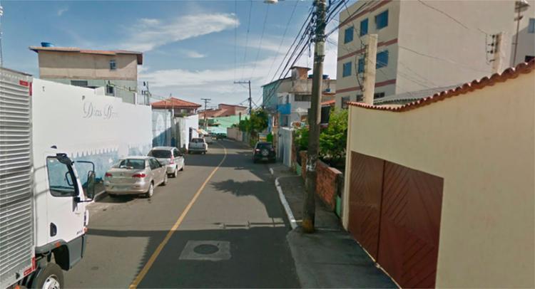 O corpo foi encontrado na rua Professor Souza Carneiro, em Pernambués - Foto: Reprodução   Google Maps
