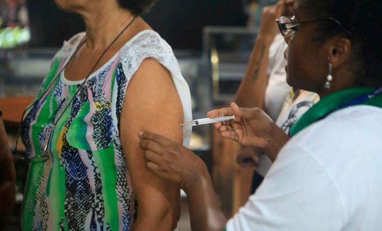 Vacina é diluída de forma que uma dose é transformada em cinco - Foto: Xando Pereira | Ag. A TARDE