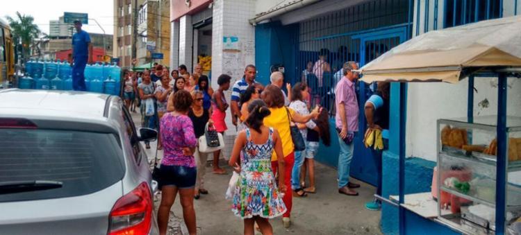 População chegou cedo no posto de Brotas em busca da vacina - Foto: Xando P. | Ag. A TARDE