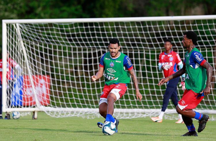 Depois de um mês fora por lesão no joelho, Jackson (E) volta a ficar à disposição - Foto: Felipe Oliveira l EC Bahia