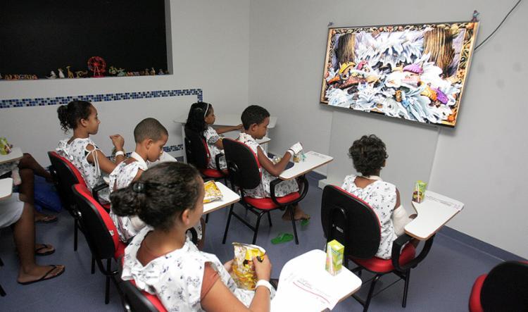 A exibição de filmes auxilia no tratamento médico - Foto: Luciano da Matta l Ag. A TARDE
