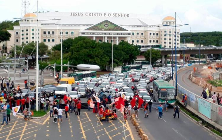Manifestação trava trânsito na avenida ACM - Foto: Xando Pereira   Ag. A TARDE