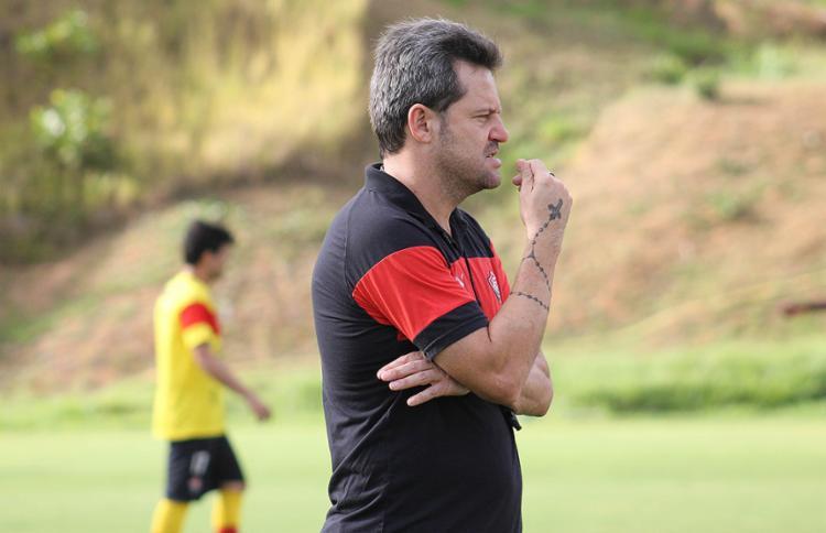 A confirmação da permanência do treinador partiu do próprio diretor de futebol, Sinval Vieira - Foto: Maurícia da Matta l EC Vitória