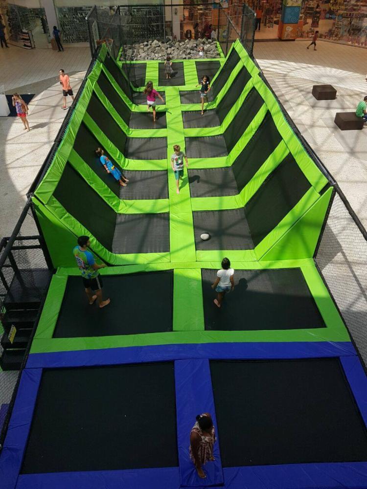 Adultos e crianças a partir de três anos podem brincar na cama elástica - Foto: Divulgação