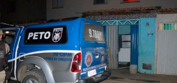 Três homens invadiram a casa e disparam tiros calibre 12 contra as vítimas - Foto: Reprodução   Blog do Leo Santos