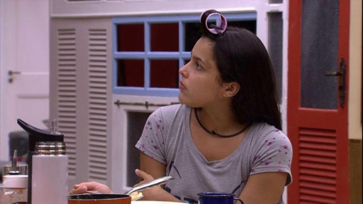 Postagem criticou participante do BBB Emilly - Foto: Reprodução   TV Globo