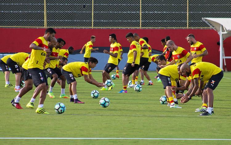 Jogadores do Vitória têm que calibrar o pé esta noite para se dar bem no Rio - Foto: Maurícia da Matta l EC Vitória