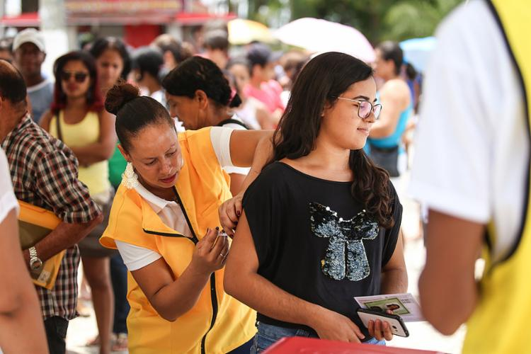 Ameaça de epidemia levou população de Alagoinhas a formar grandes filas por toda a cidade para a vacinação - Foto: Raul Spinassé l Ag. A TARDE