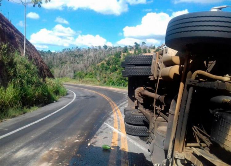 Motorista deve dobrar a atenção ao passar pelo local devido ao óleo na pista - Foto: Reprodução | Radar 64