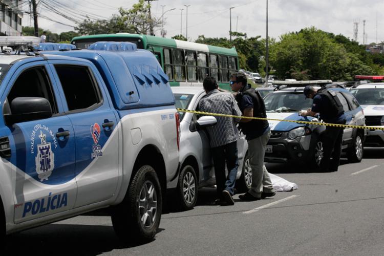 Homem morreu no local após ser baleado por PM - Foto: Edilson Lima | Ag. A TARDE