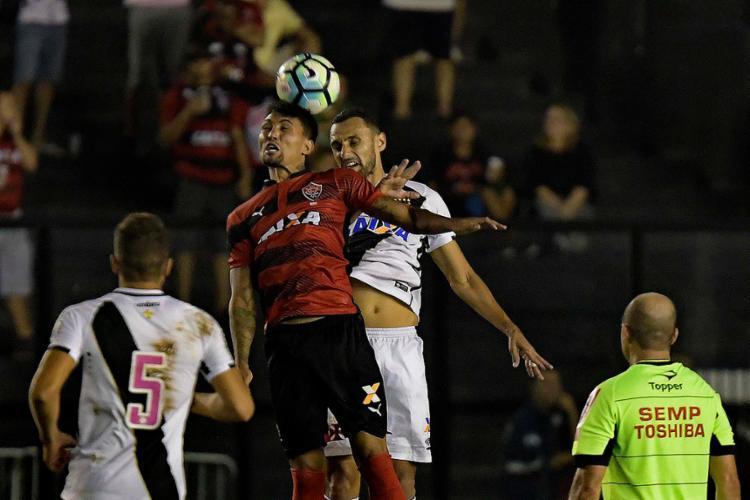 Rubro-negro Kieza vence disputa com Rafael Marques - Foto: Marcello Dias l Futura Press l Estadão Conteúdo