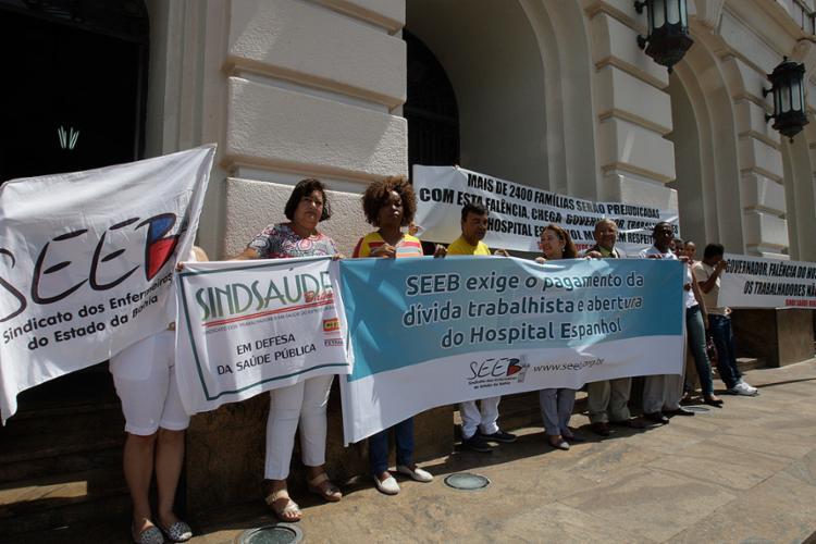 E Profissionais de saúde fizeram protesto na frente do fórum nesta quinta-feira, 9 - Foto: Luciano da Matta l Ag. A TARDE