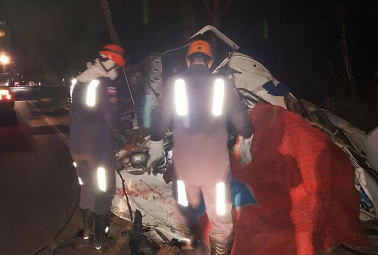 Motorista morre após carga que transportava cair sobre cabine de caminhão na BA-093