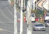 Caminhão colide em poste após equipamento cair na Paralela | Foto: