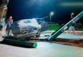 Carro desgovernado invade posto e bate em bombas de combustível | Foto: