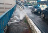 Tubulação rompe e provoca vazamento em viaduto de Brotas | Foto: