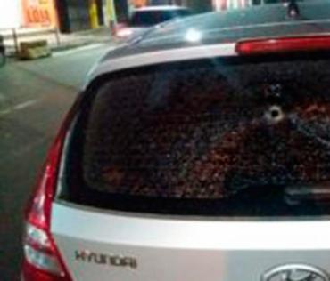Um dos tiros transpassou os vidros do veículo - Foto: Reprodução | E.C Vitória