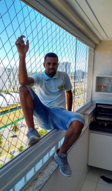 Instalador fazia demonstração se jogando nas telas de proteção - Foto: Foto do leitor   Luís Paulo Mendes