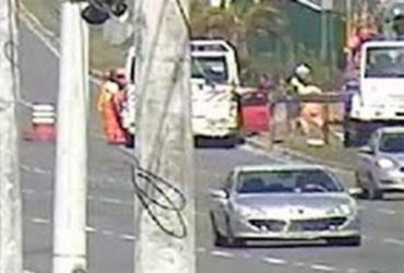 Caminhão colide em poste após equipamento cair na Paralela