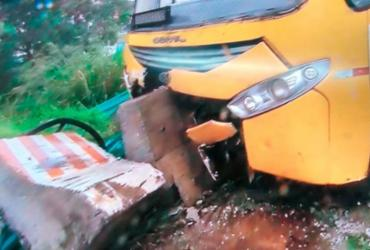 Ônibus bate em estrutura de concreto na Paralela e deixa trânsito lento