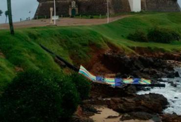 Ventos fortes derrubam totem na Barra; mau tempo deve durar até sábado