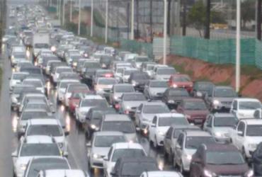 Chuva e saída da cidade provocam congestionamento na Paralela