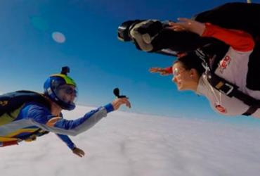 Atriz Milena Toscana é pedida em casamento durante salto de paraquedas
