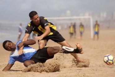 Atletas de final de semana curtem 'baba' na orla de Salvador