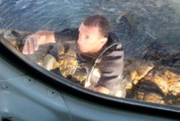 PM salta no mar do Farol da Barra para resgatar jovem inconsciente