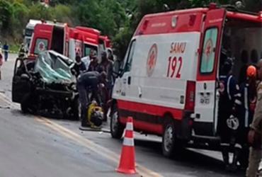 Três pessoas morrem em acidente com quatro veículos na BR-101