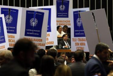 Sob protestos, Câmara dos Deputados aprova texto-base da reforma trabalhista