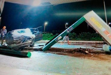 Carro desgovernado invade posto e bate em bombas de combustível