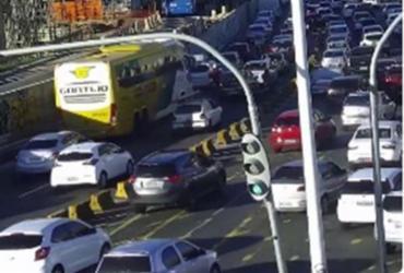 Veículo quebrado causa lentidão na LIP