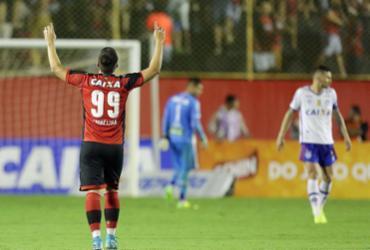 Em jogo marcado por confusão e apagão, Vitória ganha do Bahia de virada