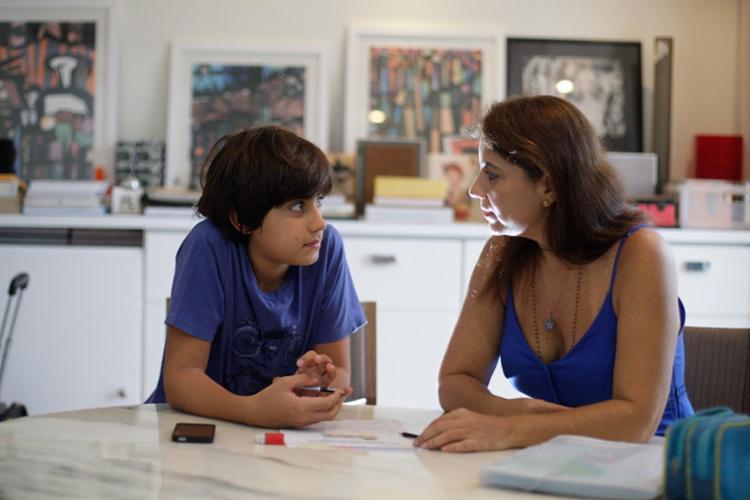 Adriana Nogueira e o filho Filippo Bello, que foi diagnostifcado aos 3 anos - Foto: Raul Spinassé | Ag. A TARDE | 30.03.2017