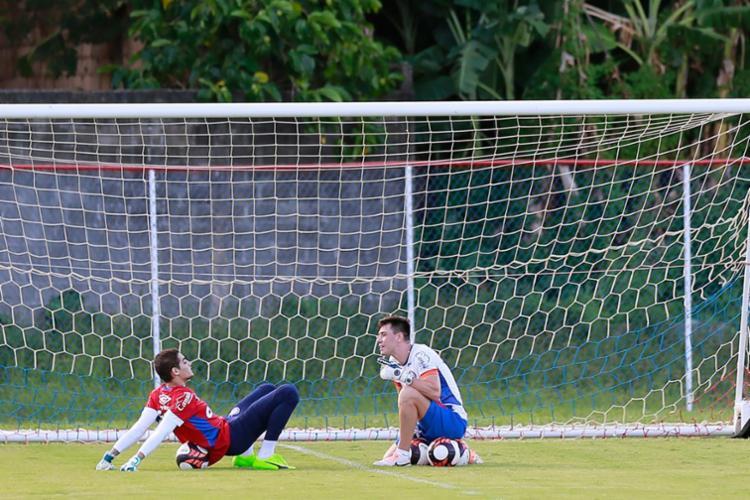 Jean (E) voltou a treinar a parte técnica com o preparador de goleiros Thiago Mehl - Foto: Felipe Oliveira | EC Bahia | Divulgação