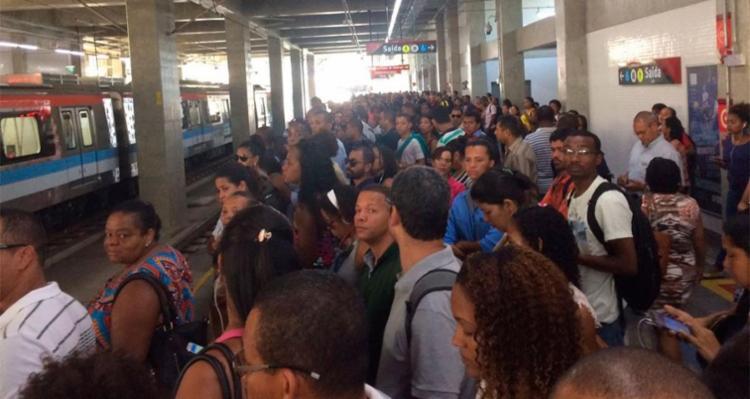 Usuários desceram do metrô após trem ficar parado - Foto: Cidadão Repórter | Via WhatsApp