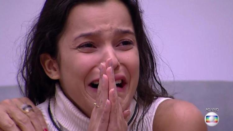 Após saber da notícia, Emilly caiu no choro e falou que foi exagero - Foto: Reprodução | TV Globo