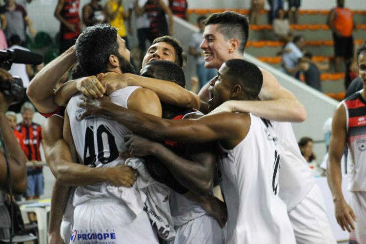 Os companheiros abraçaram André logo após a cesta vencedora - Foto: Maurícia da Matta | EC Vitória