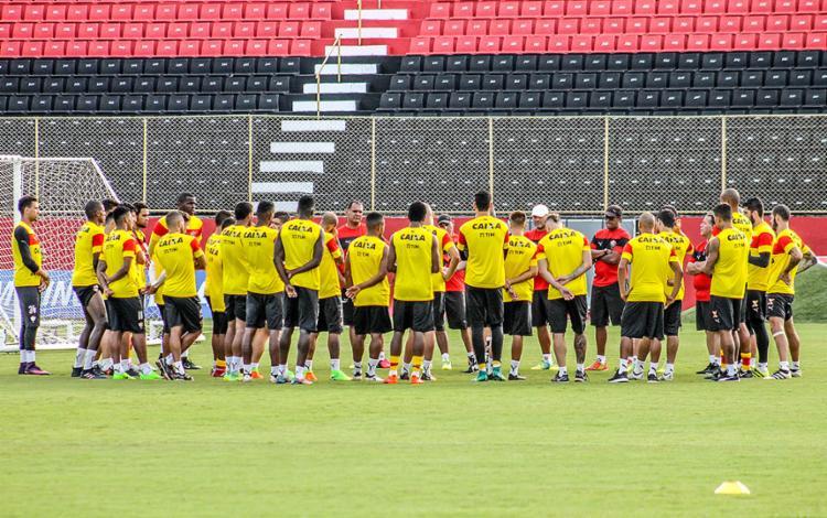 Argel orienta os jogadores antes de treino na Toca do Leão - Foto: Maurícia da Matta l EC Vitória