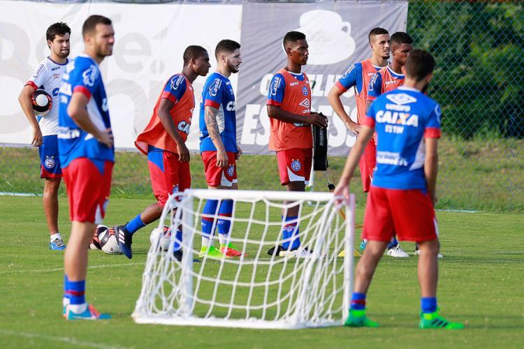 Defesa tricolor terá o criticado Lucas Fonseca (E) e o garoto Éder no domingo - Foto: Felipe Oliveira l EC Bahia