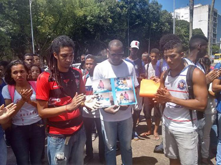 Parentes e colegas de torcedor foram às ruas para protestar - Foto: Alexandre Santos l Ag. A TARDE