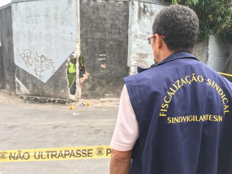 Fiscal observa buraco por onde os criminosos tiveram acesso ao depósito - Foto: Gileno Lima   Sindvigilantes