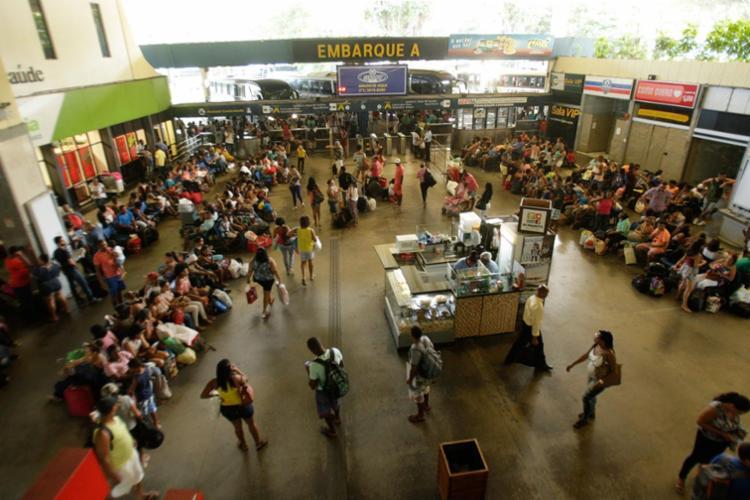 Fluxo de passageiros que deixaram a cidade pelo terminal rodoviário foi grande durante a manhã desta quinta - Foto: Margarida Neide   Ag. A TARDE   13.04.2017