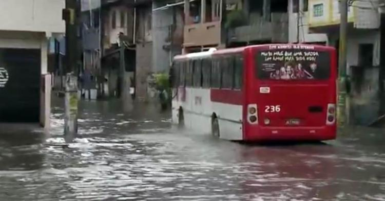 No Uruguai, a água invadiu a calçada dificultando a circulação no local - Foto: Reprodução | TV Globo