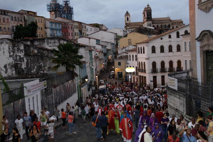 Centenas de católicos acompanharam a celebração que rememora os passos de Jesus Cristo até o calvário - Foto: Margarida Neide | Ag. A TARDE