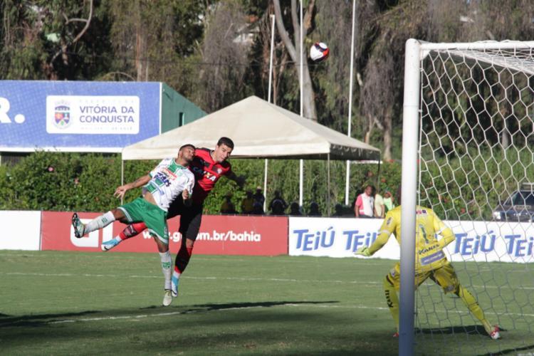 André Lima tenta jogada de cabeça para marcar para o Vitória - Foto: Moysés Suzart / EC Vitória