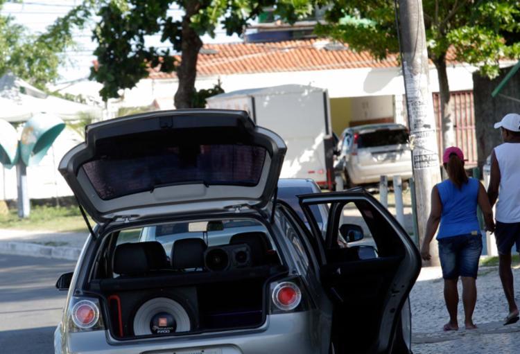Caixas de som colocadas nos veículos estão entre as principais causas do barulho - Foto: Margarida Neide | Ag. A Tarde | 12.04.2017