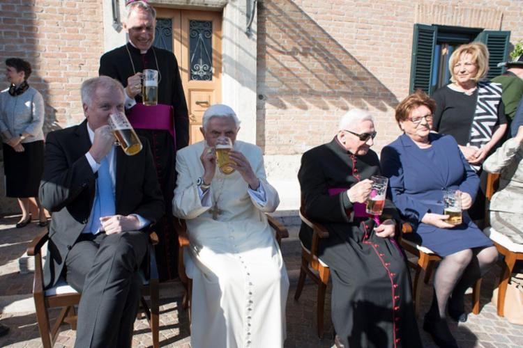 Papa comemora seus 90 anos bebendo cerveja - Foto: HO | Osservatore Romano | AFP