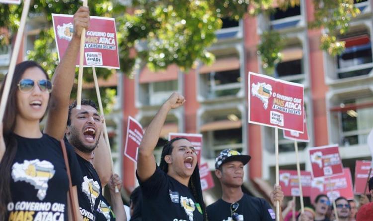 Os manifestantes querem recomposição de professores e melhorias na infraestrutura dos campi - Foto: Raul Spinassé | Ag. A TARDE